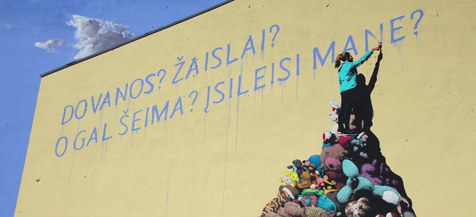 Vilniuje, Kauno g. 31,  ant namo sienos nutapytas Algirdo ir Remigijaus Gataveckų socialiai angažuoto meno kūrinys.